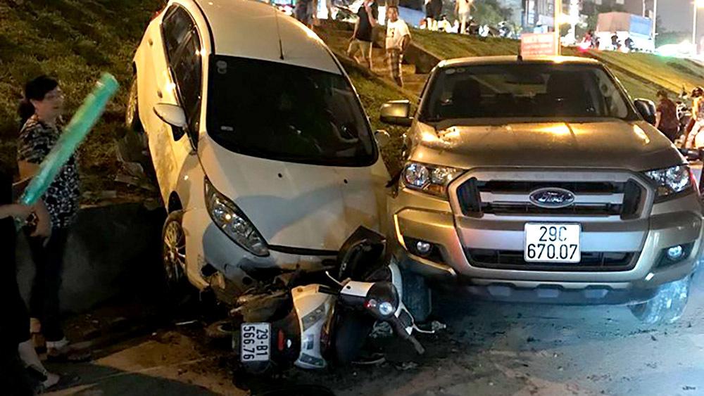 Xế hộp mất lái bay vọt qua đường đê gây tai nạn liên hoàn