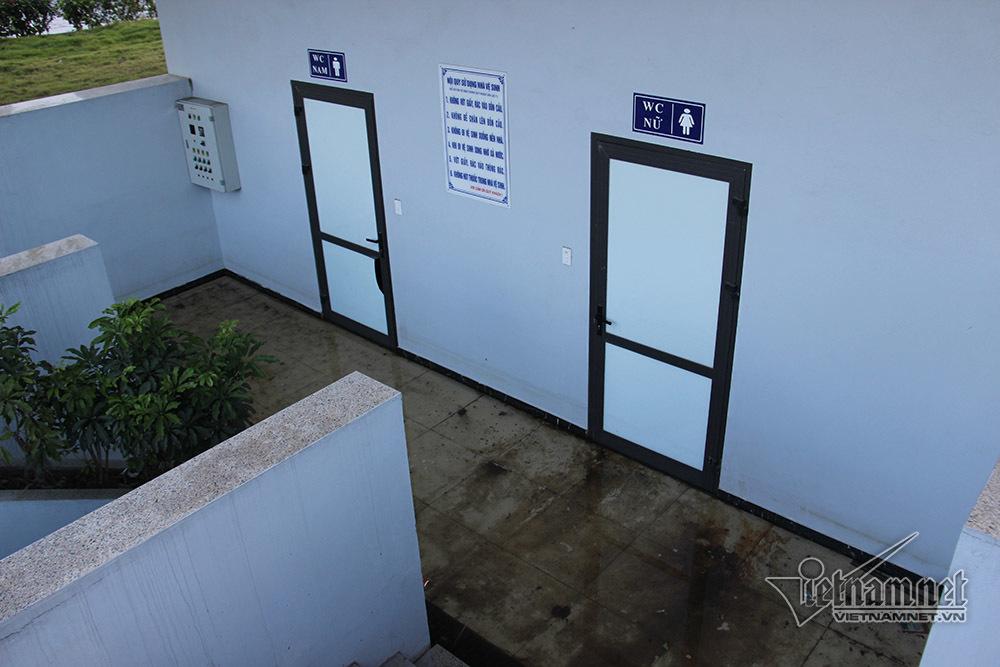 Nhà vệ sinh tiền tỷ khóa cửa, dân mặc sức xả rác, phóng uế