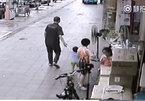 Clip màn bắt cóc trẻ em ngang nhiên giữa ban ngày gây sốc cư dân mạng