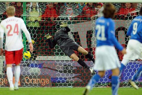Bàn thắng đầu tiên của Balotelli cho Italia