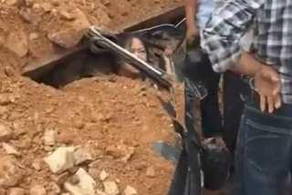 Xe chở đất lật nghiêng đè bẹp xe con, tài xế may mắn thoát chết
