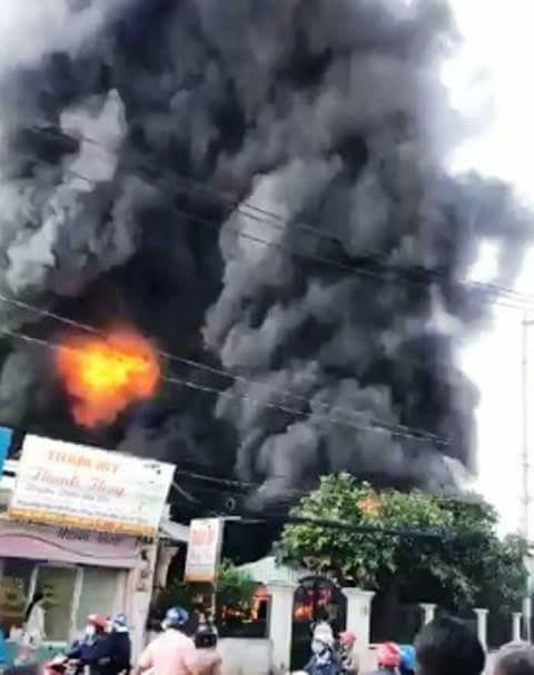 Lửa và khói đen nghi ngút tại công ty ven Sài Gòn