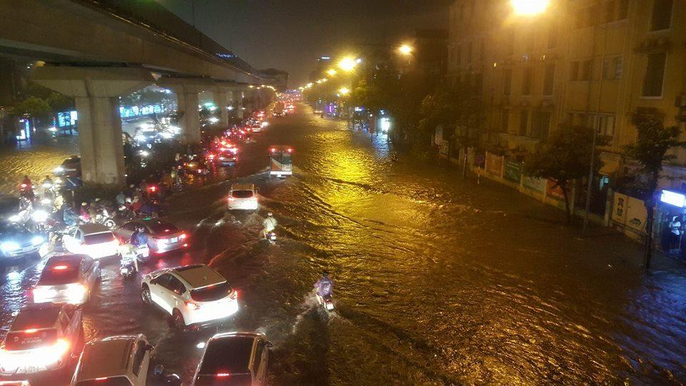 Cứ mưa to Hà Nội lại ngập: Do dân xả rác làm tắc cống