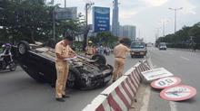 Ô tô 4 chỗ lật như phim ở dốc cầu Sài Gòn, tài xế khóc thét