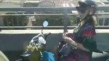 Nữ tài xế thả tay hút thuốc trên cầu khiến đàn ông cũng choáng