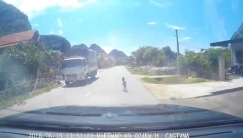 Thót tim cảnh bé gái bò lổm ngổm trên quốc lộ giữa trưa
