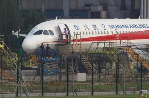 Phi công bị hút khỏi máy bay