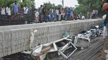 Hiện trường kinh hoàng của vụ sập cầu vượt Ấn Độ