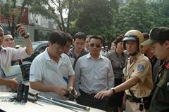 141 Hà Nội và khẩu súng K54 dưới gầm ghế lái chiếc Mercedes