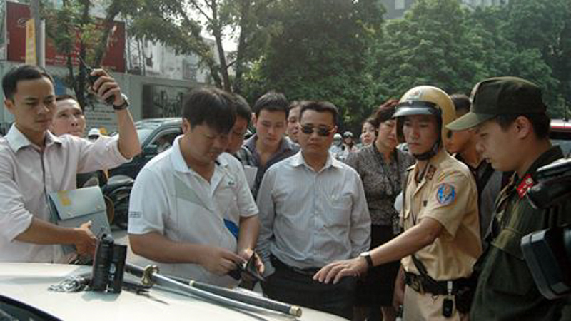'. 141 Hà Nội và khẩu súng K54 dưới gầm ghế lái chiếc Mercedes .'