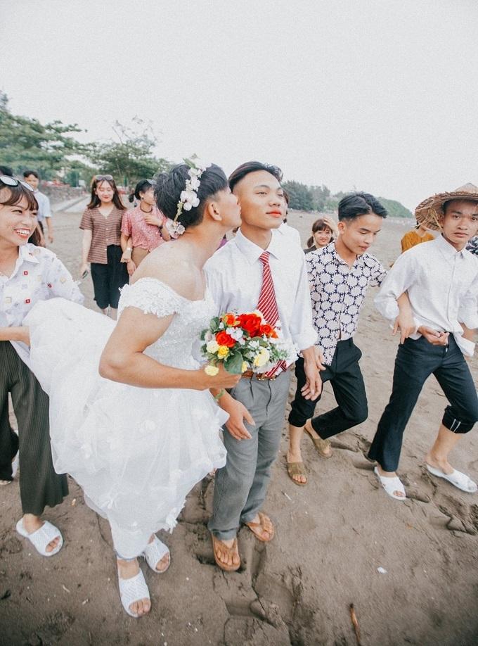 Ảnh kỷ yếu 'Đám cưới miền quê' của học sinh đất Cảng gây tranh cãi