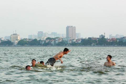 Bơi trên hồ Tây
