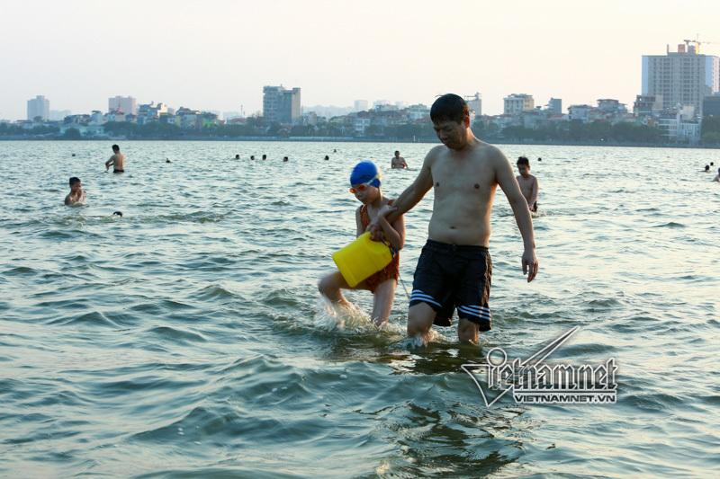 Nam thanh nữ tú và chó cưng ở 'bể bơi' lớn nhất Hà Nội