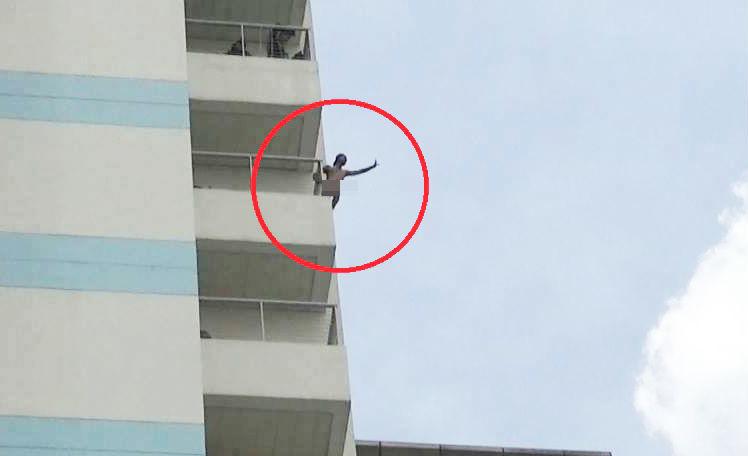 Thanh niên xăm trổ cởi quần áo, la hét ở lầu 10 bệnh viện