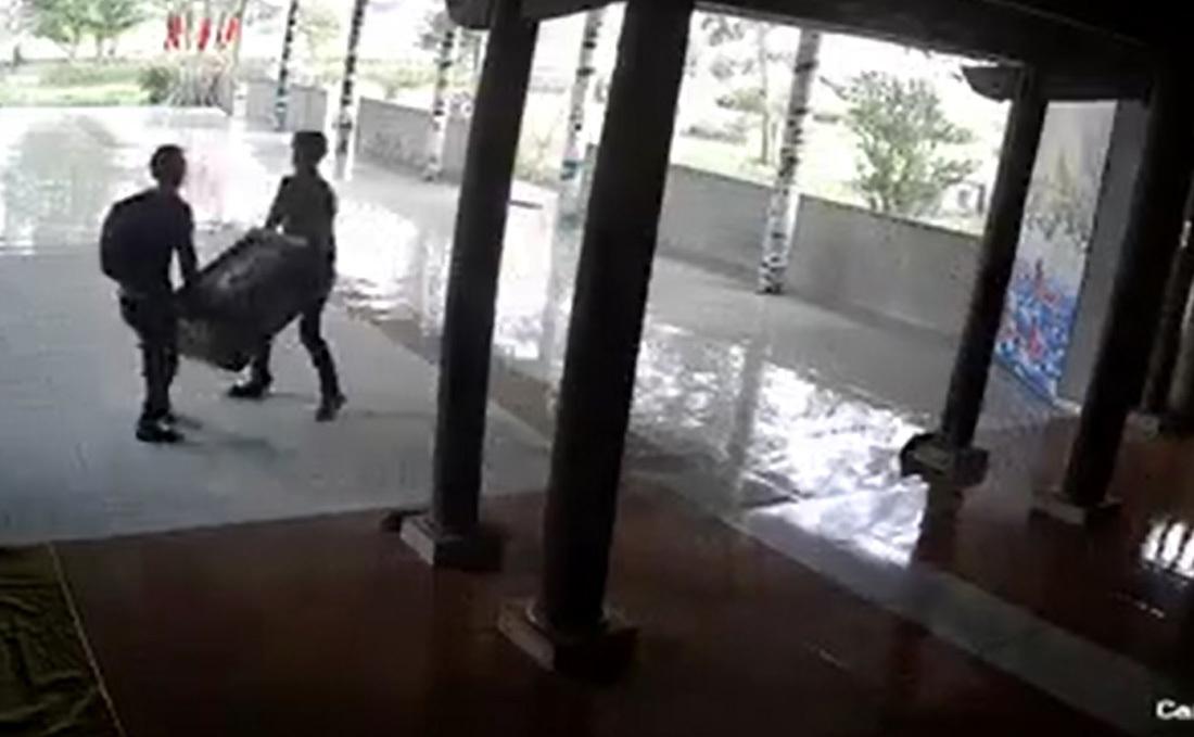 Video 2 thanh niên ngang nhiên khiêng trộm hòm công đức