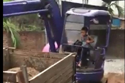 Cậu bé lớp 3 lái máy xúc thành thạo như người lớn