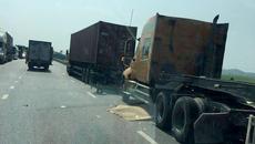 Hai người đàn ông tử vong dưới bánh xe container trên quốc lộ
