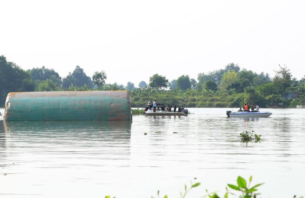 Chìm sà lan nghìn tấn, 3 người trong gia đình mất tích
