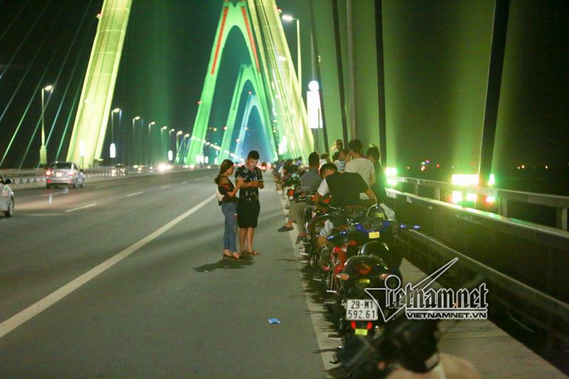 Thót tim cảnh ngồi vắt vẻo hóng mát trên cầu Nhật Tân