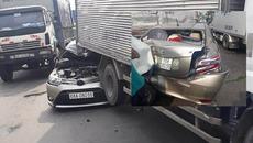 Đâm xe loạn xạ trên quốc lộ, tài xế kêu cứu trong ô tô biến dạng