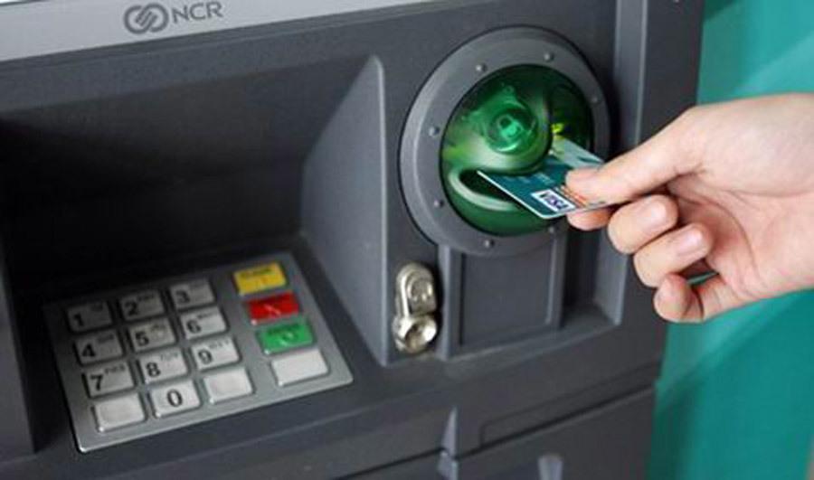 rút tiền,ATM,phí ngân hàng