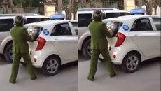 Taxi cố tình lùi xe vào CSGT rồi tăng ga bỏ chạy