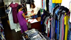 """Người phụ nữ làm """"ảo thuật"""" lấy tiền của nữ nhân viên bán hàng nhanh như chớp"""