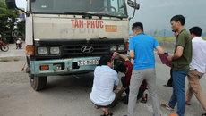 Phơi lúa trên quốc lộ 1A, người phụ nữ bị tông tử vong