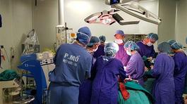 Bệnh viện Việt Đức cắt bỏ khối u khổng lồ nặng 23kg