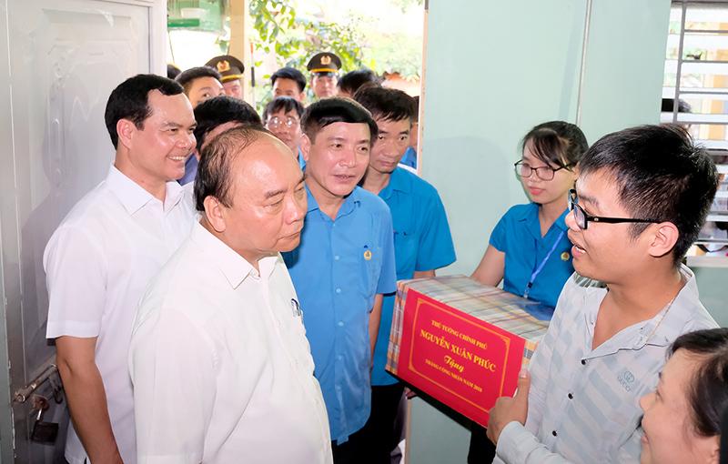 Thủ tướng thăm khu trọ của công nhân tại Hà Nam