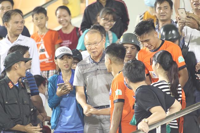 HLV Park Hang Seo tươi rói khi gặp trò cưng