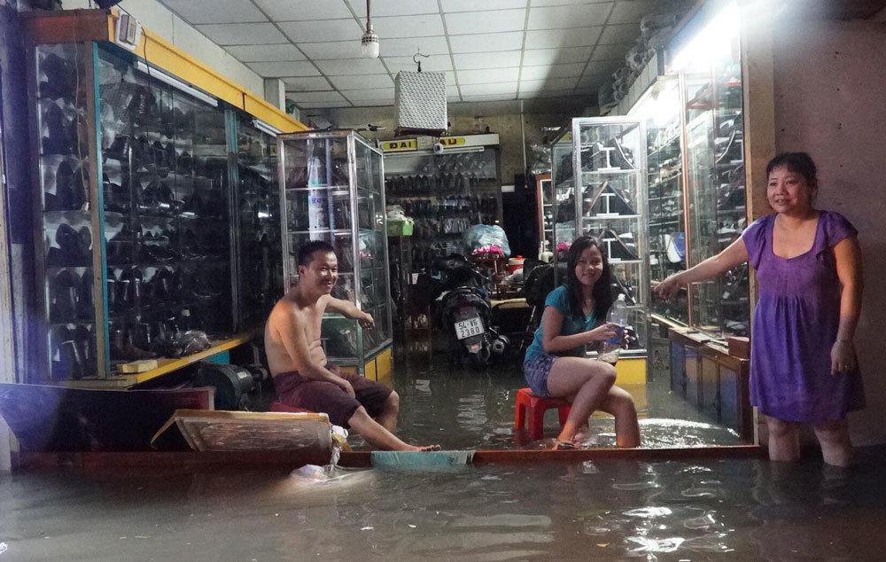 Mưa tối mặt ở Sài Gòn, oằn lưng đẩy xe trên đường ngập như sông
