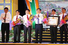 Quê hương Bác đón bằng công nhận huyện đạt chuẩn nông thôn mới