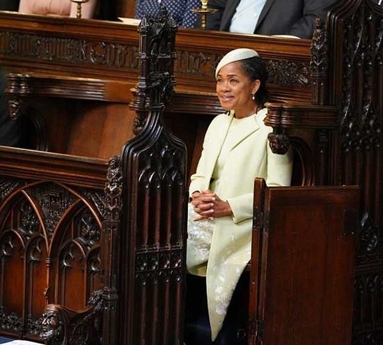 Mẹ Công nương Meghan ngồi đơn độc một góc trong đám cưới con gái