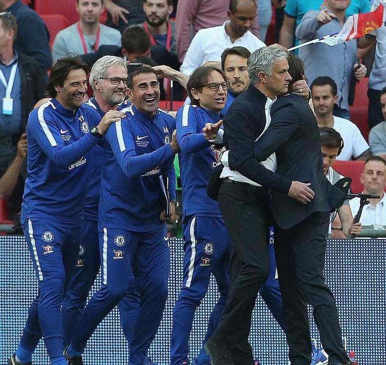 Mourinho thất thần chúc mừng Conte và học trò cũ