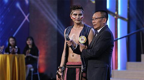 Nhà báo Lại Văn Sâm hát trước 200 cô gái