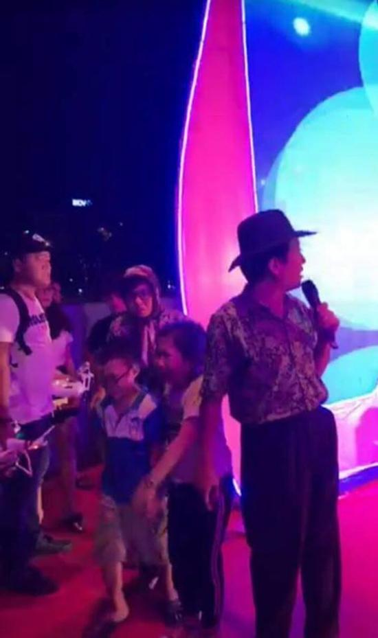 Trường Giang xin khán giả đừng ném chai lên sân khấu