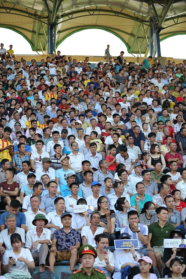 Fan nữ Nam Định đội nắng gần 40 độ 'săn' Quang Hải