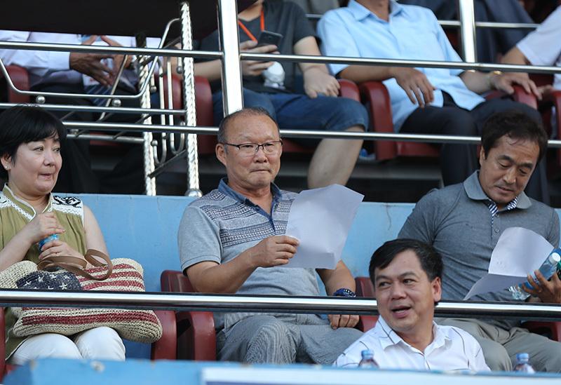Xúc động hình ảnh Duy Mạnh tặng bàn thắng cho thầy Park
