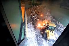 Cảnh hỗn loạn tại khu tái chế rác do pin điện thoại phát nổ