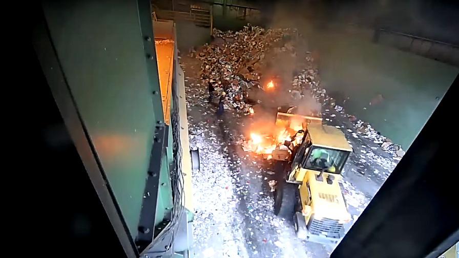 [VietnamNet.vn] Cảnh hỗn loạn tại khu tái chế rác do pin điện thoại phát nổ