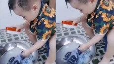 Cậu bé 3 tuổi giặt quần áo cho mẹ gây sốt mạng xã hội