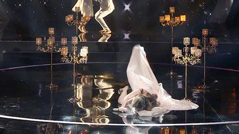 Thí sinh Phượng Vũ té ngã trên sân khấu