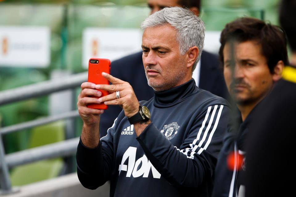 Mourinho tức tối xóa tài khoản mạng xã hội vì bị nhạo báng