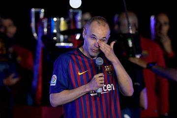 Coutinho lập siêu phẩm, Barca chia tay Iniesta đầy cảm xúc