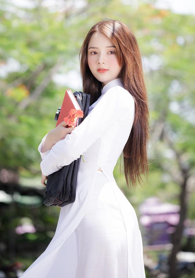 'Hot girl ảnh thẻ' Hương Lê diện áo dài trắng nhớ thuở học trò