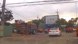 """Xe tải cán người đi xe máy do đi đúng """"điểm mù"""" của xe"""