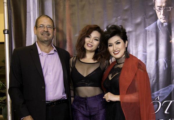 Ngọc Anh 3A mặc sexy cùng bạn trai tây đến chúc mừng Hồng Nhung