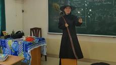 Cô giáo dạy văn hóa trang thành bà phù thủy
