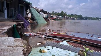 Sạt lở ở Cần Thơ, nhà đổ ầm xuống sông, dân tháo chạy tán loạn